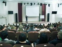 Vergadering, conferentie, presentatie in auditorium stock fotografie