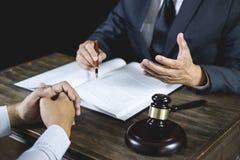 Vergadering en samenwerkings het concept, de Zakenman en de Mannelijke advocaat of de rechter raadplegen het hebben van teamverga royalty-vrije stock foto's