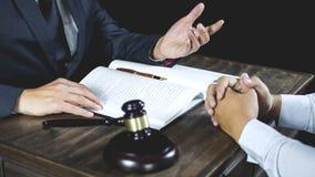 Vergadering en samenwerkings het concept, de Zakenman en de Mannelijke advocaat of de rechter raadplegen het hebben van teamverga royalty-vrije stock afbeeldingen