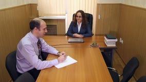 Vergadering in het bureau van de directeur stock footage