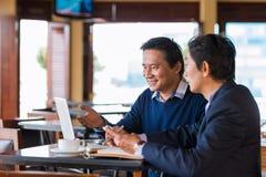 Vergadering in koffie Stock Foto's