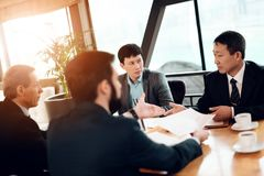Vergadering met Chinese zakenlieden in restaurant Zij bespreken bedrijfsgrafiek stock foto's