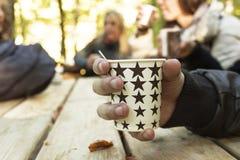 Vergadering met hete koffie royalty-vrije stock foto