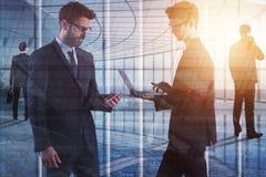 Vergadering, technologie, mededeling en gadgetconcept royalty-vrije stock afbeeldingen