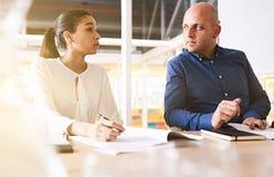 Vergadering tussen onderneemster en zakenman over het samenwerken zoals partners Stock Foto