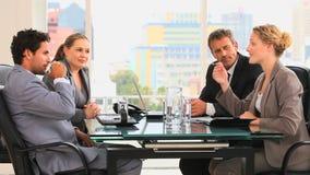 Vergadering tussen vier bedrijfsmensen stock video