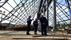 Vergadering van arbeiders onder de koepel van het voorwerp in aanbouw stock footage