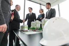 Vergadering van architecten en investeerders Royalty-vrije Stock Afbeeldingen