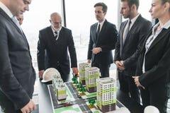Vergadering van architecten en investeerders Royalty-vrije Stock Foto's