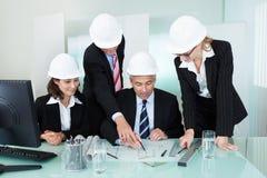 Vergadering van architecten of structurele ingenieurs stock afbeeldingen