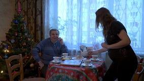 Vergadering van bejaarde ouders en kinderen stock video