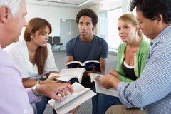 Vergadering van BijbelStudiegroep Stock Foto