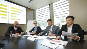 Vergadering van de hoofden van afdelingen van het bedrijf in langzame motie stock footage