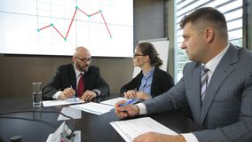 Vergadering van de Raad van beheer over Monetair Beleid in langzame motie stock footage
