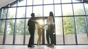 Vergadering van groeps succesvolle bedrijfscollega's die handen schudden die gesprek en uitwisselingsdocumenten hebben stock video