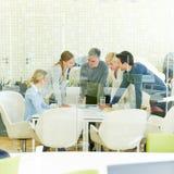 Vergadering van het raadplegen van team in bureau stock afbeelding