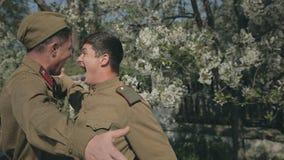 Vergadering van twee vrienden die naar oorlog gaan stock footage