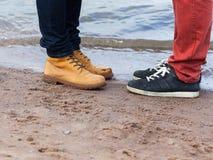 Vergadering van twee vrienden op het strand Stock Afbeeldingen