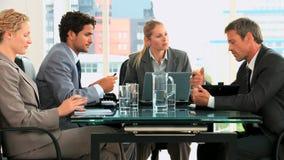 Vergadering van vier bedrijfsmensen stock videobeelden