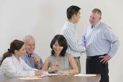 Vergadering van vijf stafmedewerkers Stock Foto