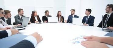 vergaderingspartners voor ronde tafel royalty-vrije stock afbeelding