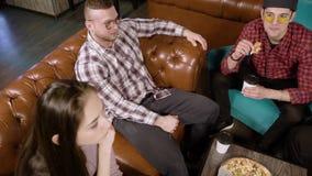 Vergaderingsvrienden in de koffie Jongeren die en pizza in een koffie spreken eten stock footage