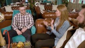 Vergaderingsvrienden Jongeren die waterpijp roken en in een koffie rusten stock videobeelden