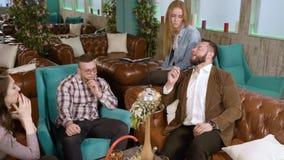Vergaderingsvrienden Jongeren die waterpijp roken en in een koffie rusten stock footage