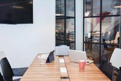 Vergaderzaal met laptops en tablet in bedrijfsconcept, onecht u royalty-vrije stock afbeeldingen