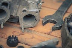 Vergaser für einen Automotor mit Werkzeugen Lizenzfreies Stockbild