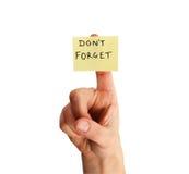 Vergeet geen nota over vinger Stock Foto