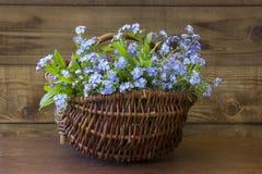 Vergeet-mij-nietjebloemen in de mand royalty-vrije stock foto