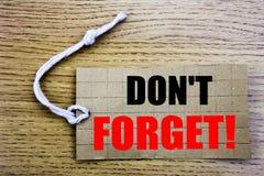 Vergeet niet Bedrijfsconcept voor online die saleReminderbericht op prijskaartjedocument wordt geschreven met exemplaarruimte op  royalty-vrije stock afbeeldingen