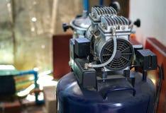 VERGELDENDE COMPRESSOR OF ZUIGERcompressor royalty-vrije stock foto