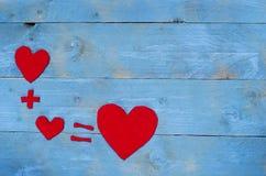 Vergelijking met harten op blauwe achtergrond worden geschikt die Royalty-vrije Stock Foto's
