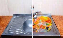 Vergelijking van schone gootsteen met hoogtepunt van vuile dishware  Stock Afbeeldingen