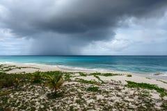 Övergående stormmoln över havet, Anguilla, brittiska västra Indies, BWI som är karibisk Royaltyfri Fotografi