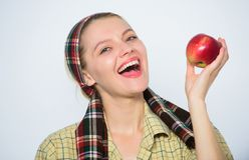 verger, fille de jardinier avec le panier de pomme Agriculture du concept Dents saines vitamine et nourriture suivante un r?gime  photos libres de droits