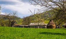 Verger près du village dans le printemps image libre de droits