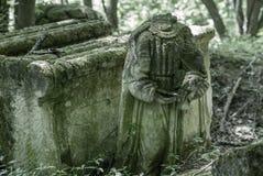 Vergessener alter verlassener Kirchhof im Wald Defektes ernstes monu Lizenzfreie Stockfotografie