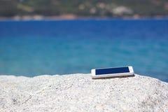 Vergessener weißer Smartphone Stockfotografie