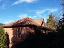 Vergessenes Haus in das Grün Lizenzfreie Stockbilder