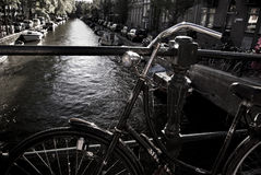 Vergeten fiets op de brug van Amsterdam Stock Afbeeldingen
