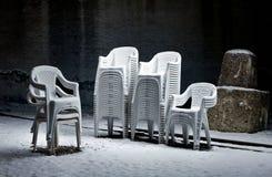 Vergeten stoelen in het openluchttheater stock foto's