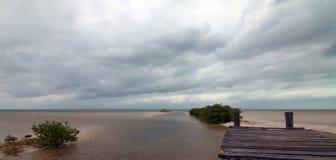 Övergett försämras den fartygskeppsdockaChachmuchuk lagun i Isla Blanca Cancun Mexico Arkivfoto