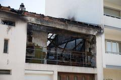 Övergett och brännskadan ut inhyser, det gamla huset Arkivfoto