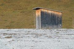 Övergett träskjul i snö-täckt by i vinterdag Fotografering för Bildbyråer
