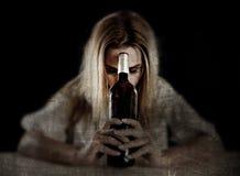 Vergeudete alkoholische Frau drückte das Schauen durchdacht mit Weißweinglas nieder Lizenzfreies Stockbild