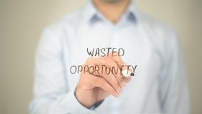 Vergeudete Gelegenheit, Mann-Schreiben auf transparentem Schirm Lizenzfreies Stockfoto