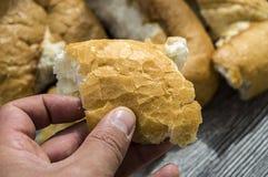 Vergeudetes Brot, Brote werfend und vergeblich kaufen zu viel Brot, alte Brote, Stockbild